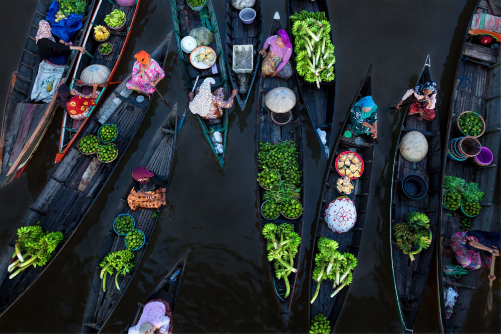 'Floating Market' by Sina Falker. Location: Borneo, Indonesia. Category: Splash of Colour. Source: Siena International Photo Awards